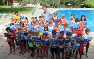 Entrega de diplomas a los participantes del los cursos de natación del verano 2014
