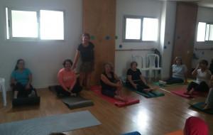 La concejal de deportes,María Gutierrez, visita el taller de Yoga