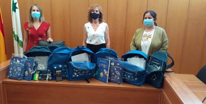 """El Ayuntamiento recibe una donación de 60 kits de material escolar de la Obra Social """"La Caixa"""" destinado a familias vulnerables."""